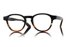 Svarta glasögon hos en optiker på Lidingö