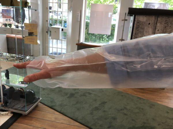 En arm iklädd en regnjacka hos en optiker på Lidingö